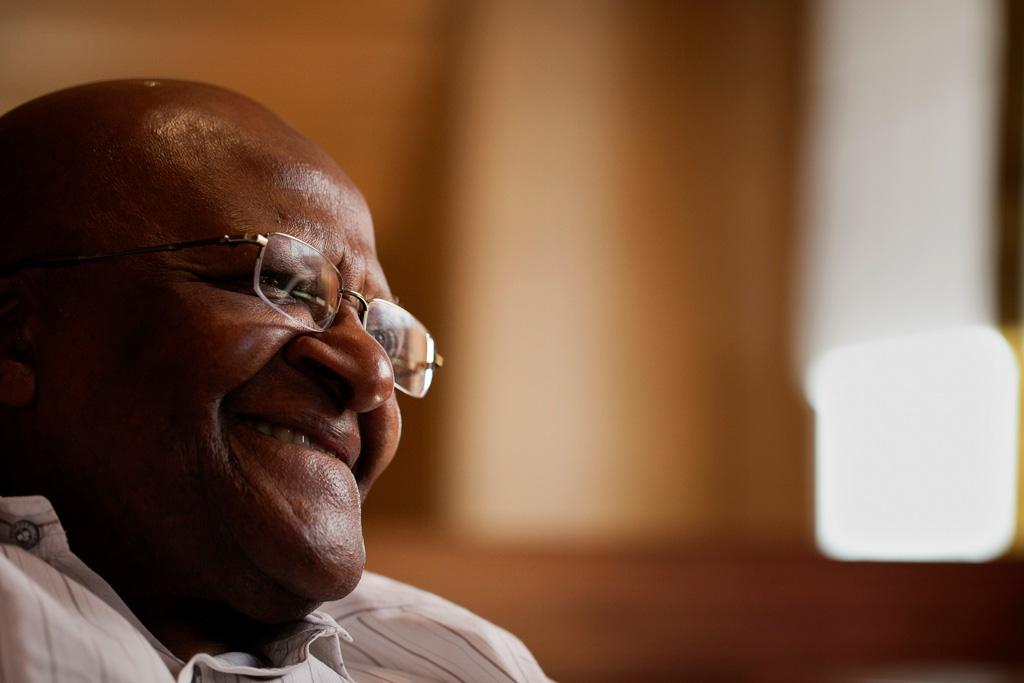 """Desmond Tutu não pode """"rezar a um Deus homofóbico"""""""