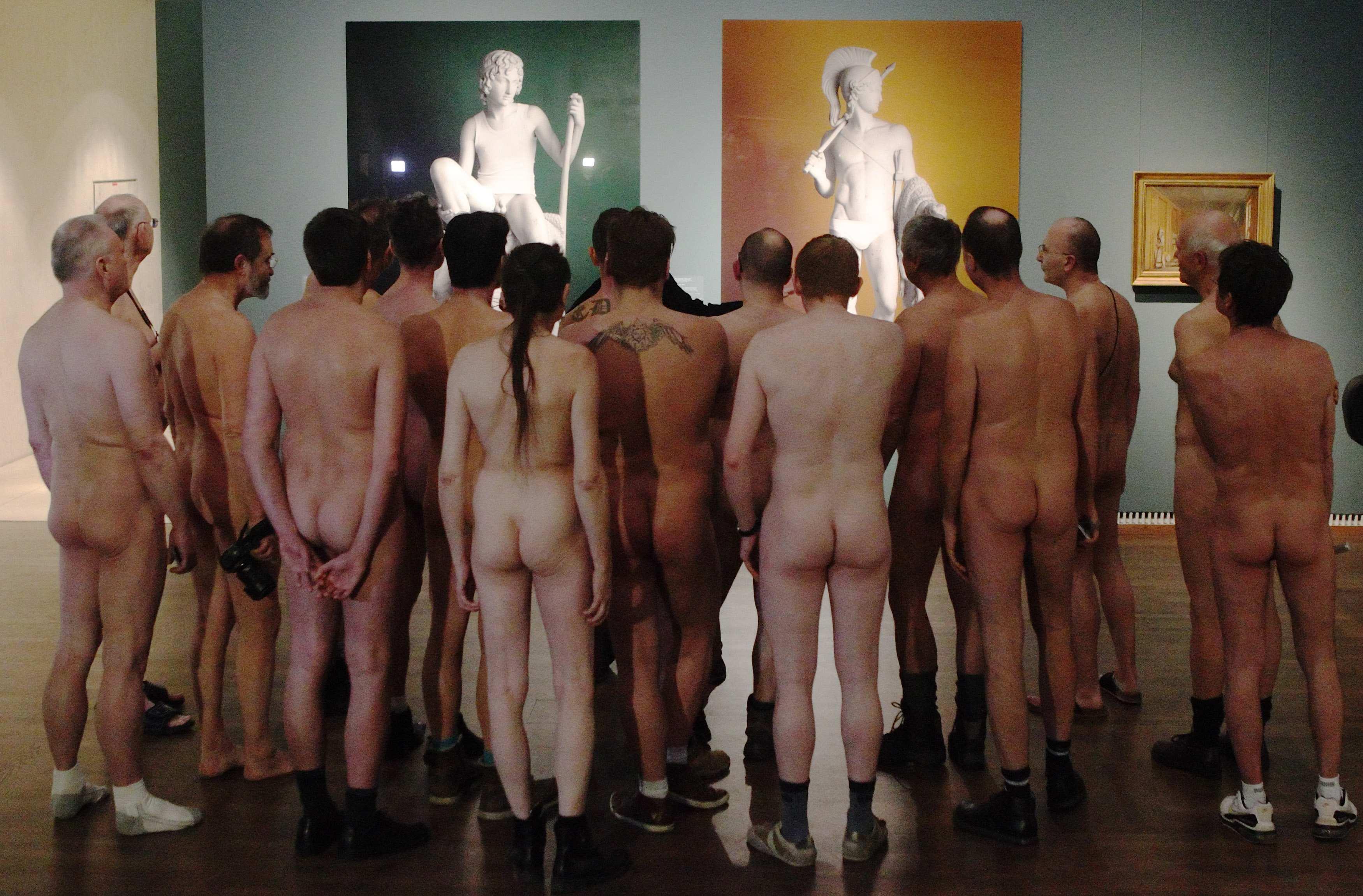 Фото голых девушек в музее 7 фотография
