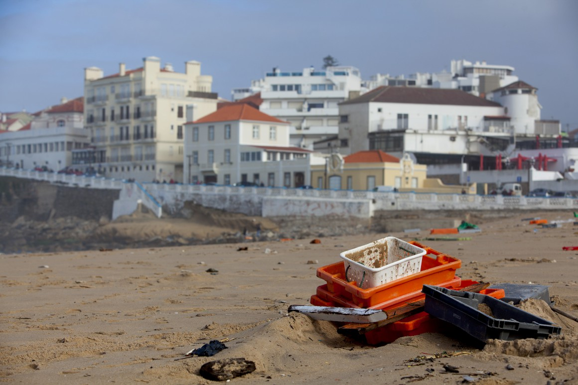 Mergulhadores vão analisar condições para buscas por ... - Público.pt