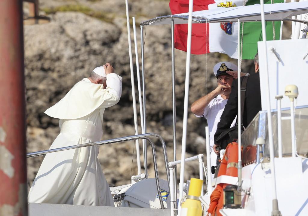 Resultado de imagem para papa francisco I na ilha de lampedusa